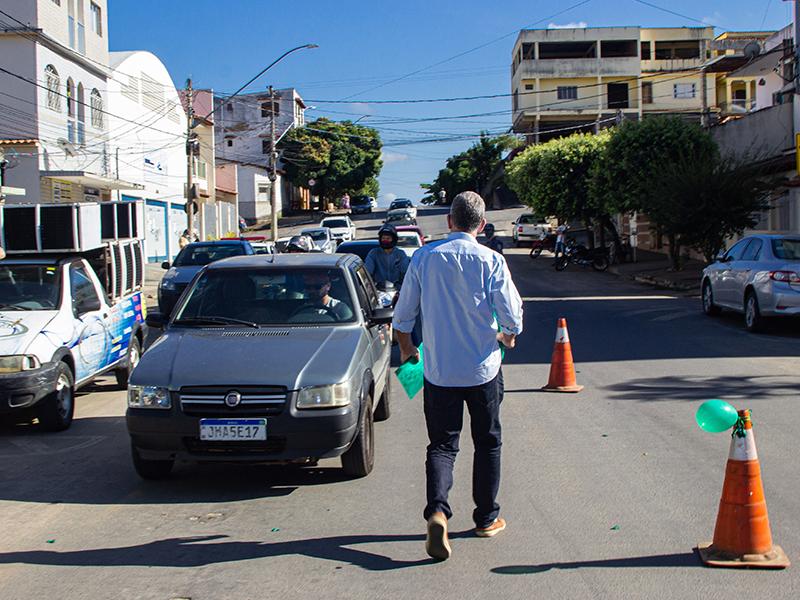 Prefeito Lastênio Cardoso participa da entrega de mudas