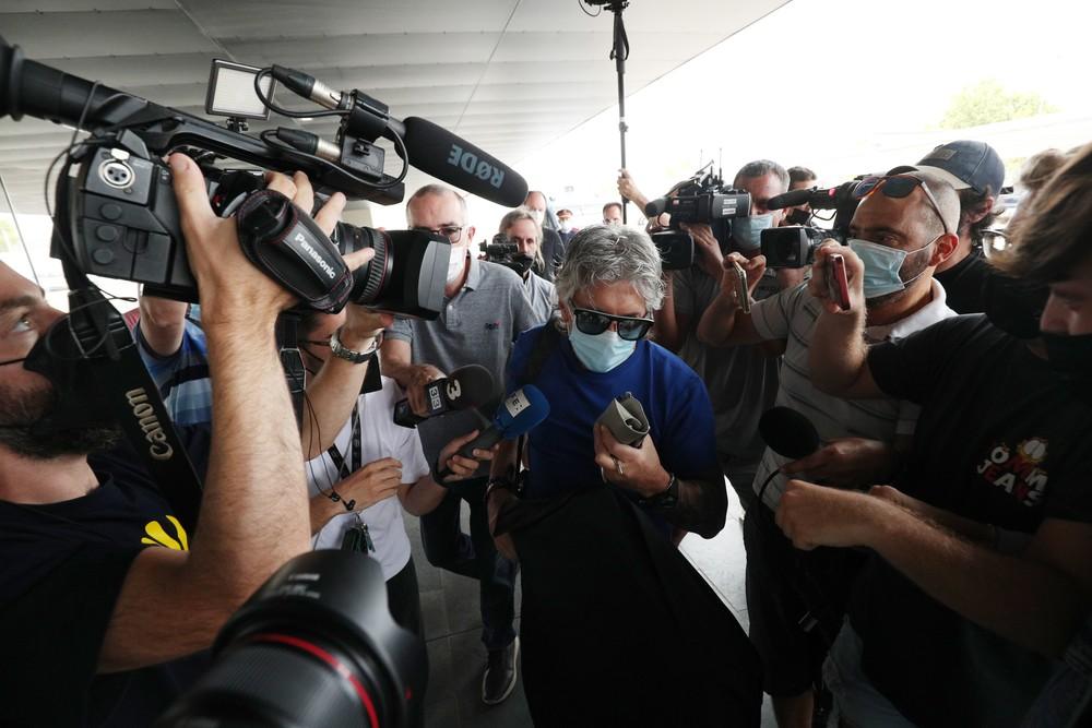 Jorge Messi confirmou acerto na chegada a aeroporto de Barcelona — Foto: Reuters