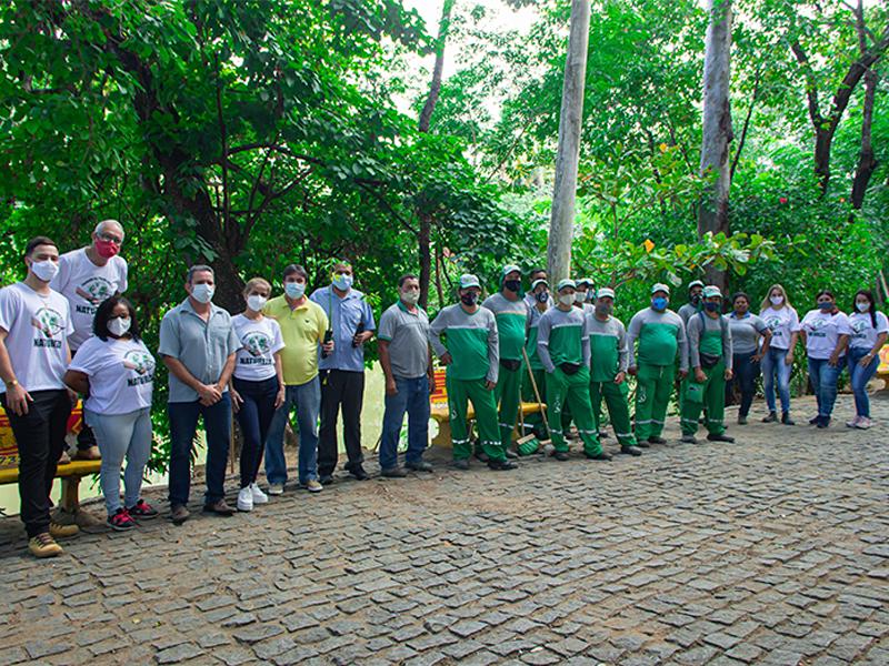 Equipe realiza limpeza e plantio de árvores
