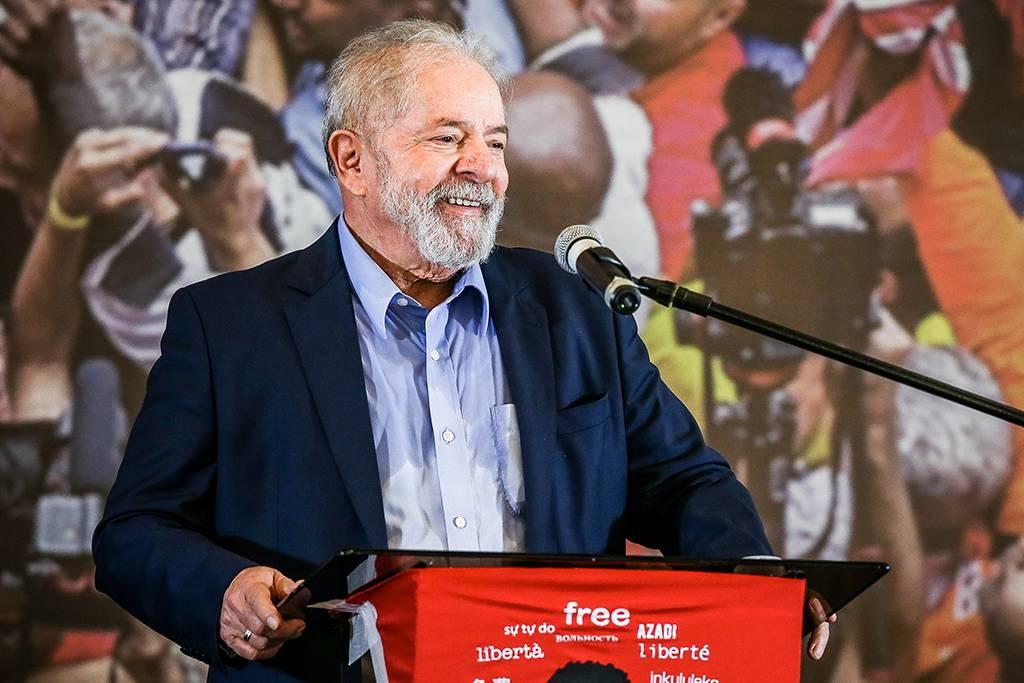 Líder nas pesquisas Lula tem agenda politica constante