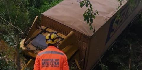 Motorista morre após acidente com caminhão dos correios em Manhuaçu